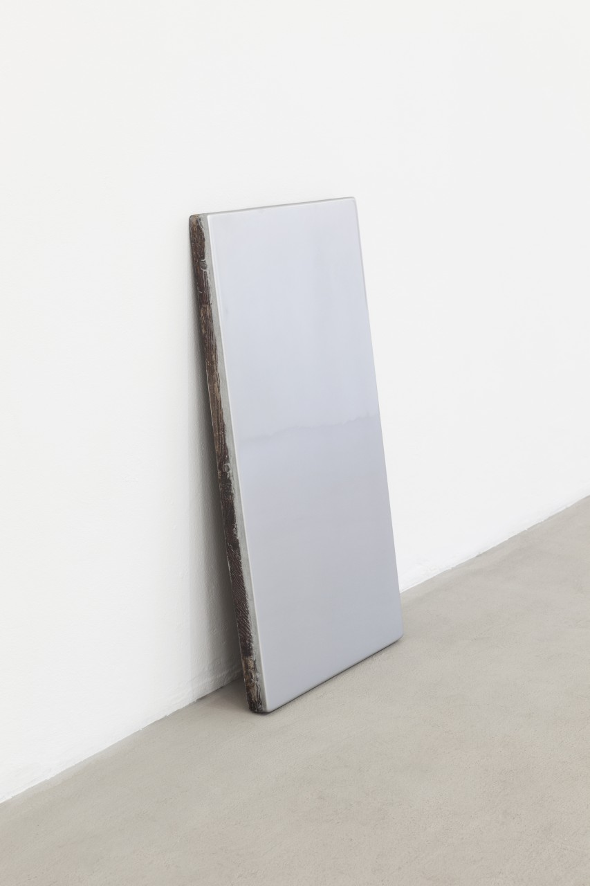 Hassan Khan, <i>Surfaceshield</i>, 2015, found wood, ultraglossy GT silver metallic auto lacquer, 92 x 52 x 4 cm. Courtesy of Gluck50. Ph. Andrea Rossetti