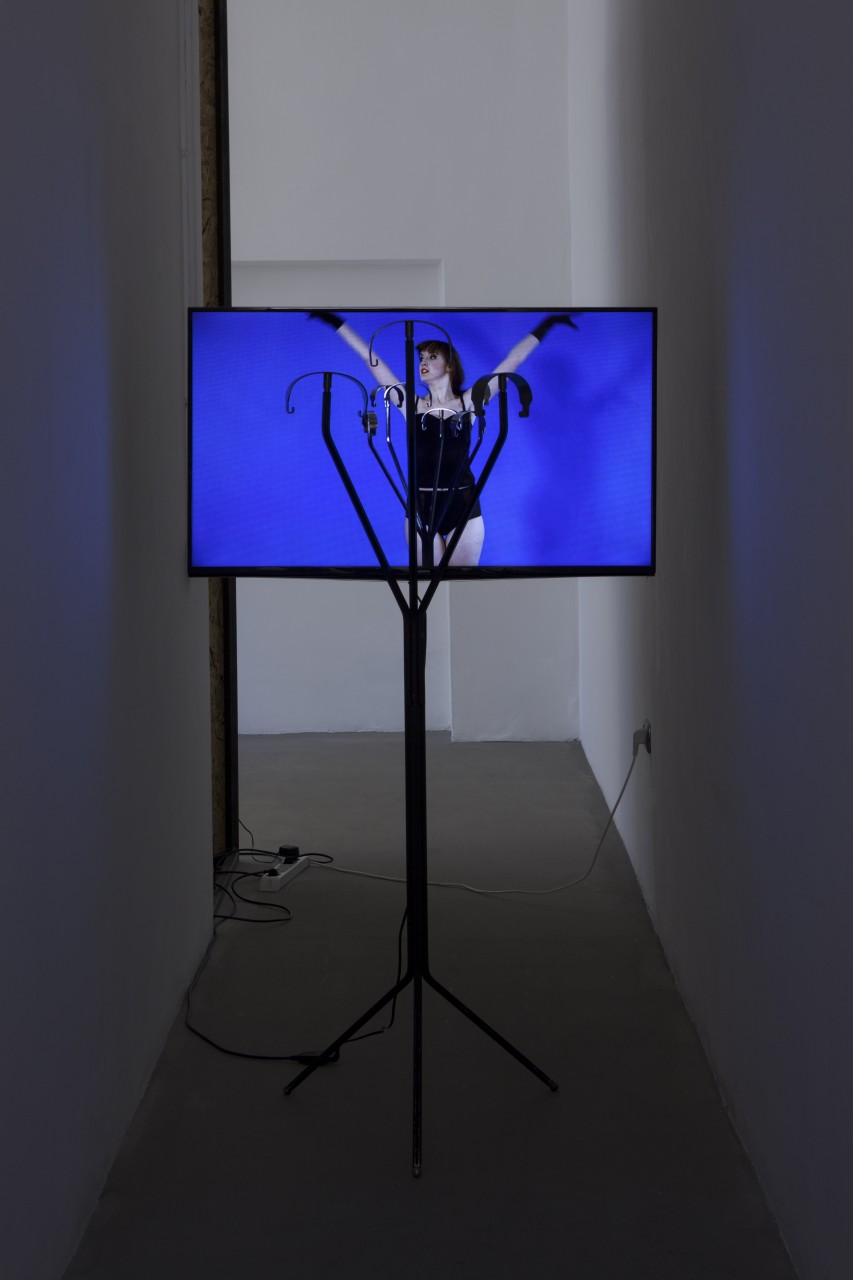 "Ken Okiishi, <i>Harry from the Midlands</i>, 2015, video (color, sound), monitor, BBPR ""Erato"" coat, wire 30 minutes. Courtesy of Gluck50. Ph. Andrea Rossetti"